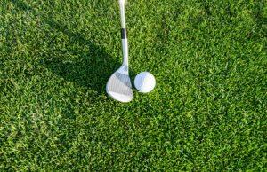 taco de golfe e bola